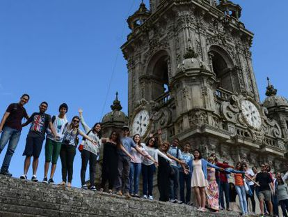 Os jovens peregrinos, no telhado da catedral de Santiago.