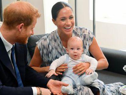 Duques de Sussex publicam em Instagram um vídeo em que Archie aparece no colo da mãe