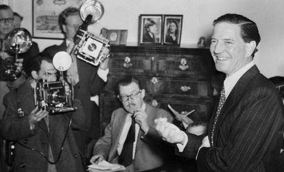 Kim Philby em entrevista coletiva em Londres em 1955 na qual negou estar a serviço da KGB.