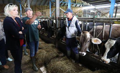 Marine Le Pen durante uma reunião com agricultores na ilha Reunião, departamento de ultramar francês no Índico, em março de 2019.