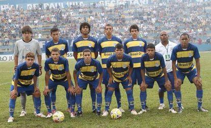 Fabinho, último da esquerda para a direita, posa com time sub-20 do Paulínia FC. Agachado, o terceiro da esquerda para a direita é Gabriel, hoje no Corinthians.