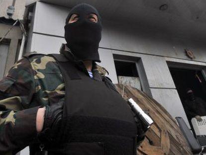Ativistas pró-russos na entrada do prédio do Serviço de Segurança local em Lugansk.