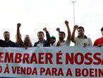 Trabajadores de Embraer se manifiestan contra la venta a Boeing el pasado mes de enero en São Jose dos Campos.