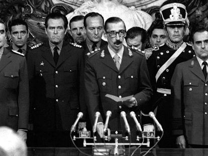 Jorge Rafael Videla (ao centro) presta juramento como presidente da Argentina em 1976.