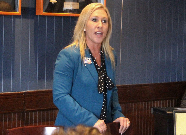 """A candidata republicana Marjorie Taylor Greene, que pode se tornar a primeira seguidora """"oficial"""" do QAnon no Congresso dos EUA."""