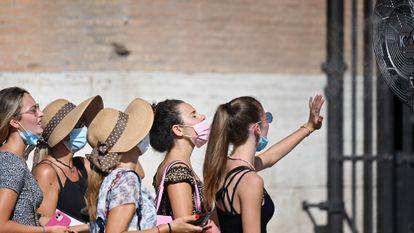 Turistas se refrescam em Roma, nesta quarta-feira.