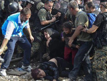 Vários imigrantes tentam entrar na Macedônia vindos da Grécia, na sexta-feira.