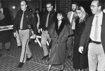 Lorena Bobbitt com seus advogados e agentes da polícia na saída do tribunal