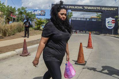 A jornalista Verónica Chávez tenta obter informação sobre seu marido, Miguel Mora, jornalista e pré-candidato à presidência, detido pela polícia da Nicarágua.