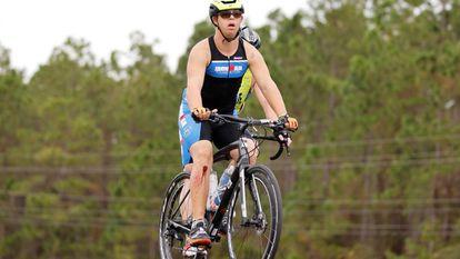Chris Nikic, durante a parte do ciclismo no Ironman, na Flórida.