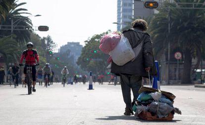 Sem-teto carrega seus pertences na Cidade do México.