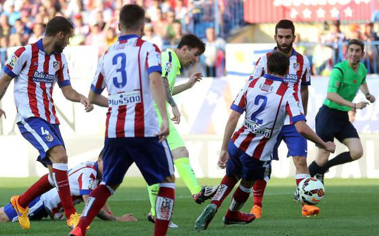 Messi, cercado por defensores do Atlético antes de marcar.