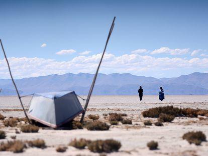 Valerio Rojas e sua mulher, Cristina Mamani, caminham pelo Lago Popoo, o segundo maior da Bolívia, e que secou.