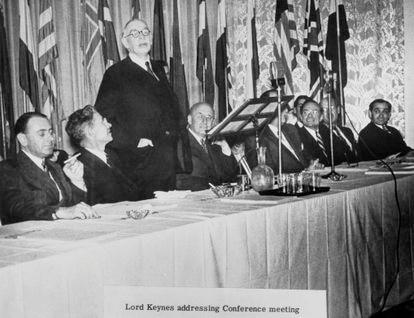 John Maynard Keynes falando em uma conferência em 1º de julho de 1944.