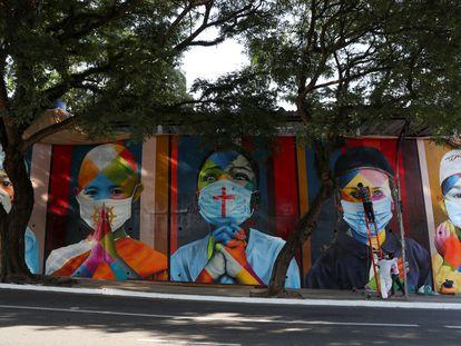 Memorial pelas vítimas da covid-19 feito pelo grafiteiro Eduardo Kobra, em São Paulo.