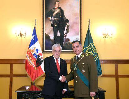 O presidente de Chile, Sebastián Piñera, e o agora ex-diretor dos Carabineiros do Chile, Mario Rozas, em 7 de janeiro de 2019 em uma cerimônia.