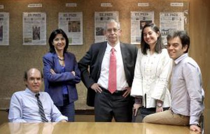 Da esquerda para a direita, os subdiretores do EL PAÍS Luis Prados, Maite Rico, José Manuel Calvo, Eva Saiz e Bernardo Marín.
