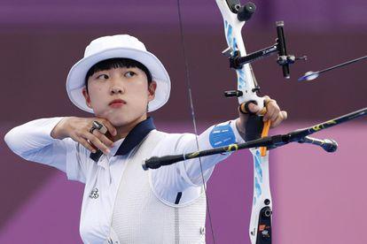 A arqueira sul-coreana An San durante a final individual de tiro com arco na sexta-feira, em Yumenoshima Park.
