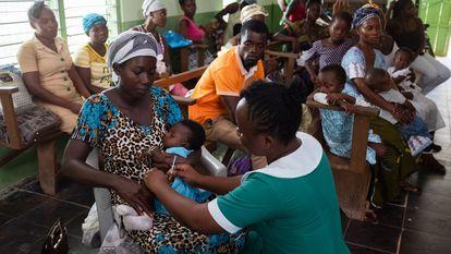 Lordina Dadzie, de seis meses de idade, recebe uma dose da vacina RTS,S contra a malária na clínica Breman-Amanfopong, em Gana, em 2019.