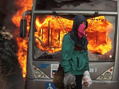 Protestos contra PEC 55 têm ônibus queimado em Brasília e invasão da Fiesp