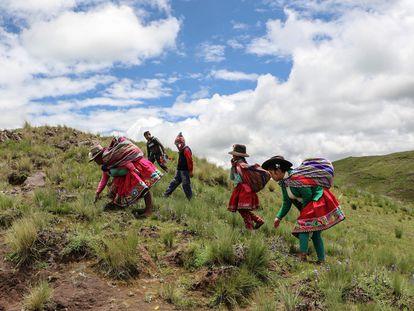 Soledad Secca (primeira à direita), indígena que promove o quéchua, caminha junto a outras pessoas em Cusco, no Peru.