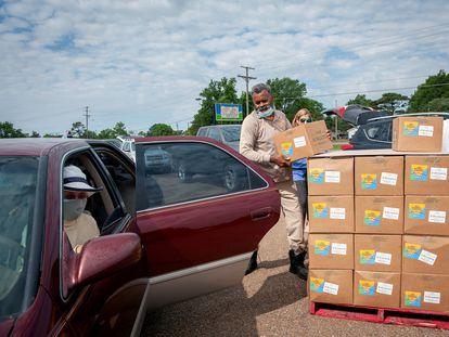 Entrega de caixas com alimentos em Marks (Mississippi), no dia 24 de maio.