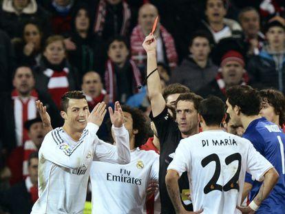 Árbitro mostra o cartão vermelho a Cristiano Ronaldo.