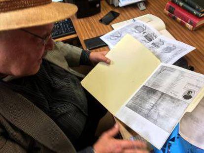 González Acosta, com o documento de um dos descendentes de Montezuma