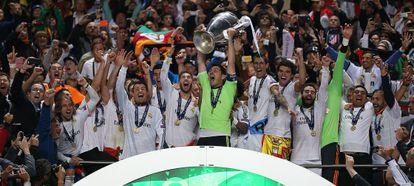 Casillas ergue o troféu da décima Copa da Europa do Real Madrid.