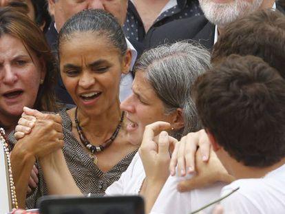 Marina segura na mão de Renata na missa pública de Eduardo Campos.