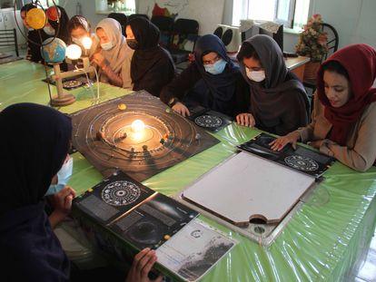 Jovens afegãs em uma aula de astronomia, em julho, em Herat.