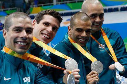 Daniel Dias, Phelipe Rodrigues, André Brasil e Ruiter Silva formaram o quarteto que ficou com a medalha de prata nos 4x100m livre da natação.