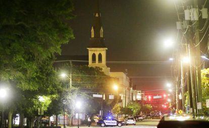 A igreja de Emanuel cercada pela polícia depois do ataque.