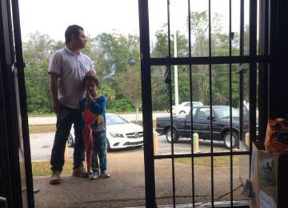 Jesús Caldera e o filho Rohan em um centro de ajuda aos emigrantes porto-riquenhos em Orlando