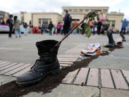 Sapatos com flores nesta segunda-feira na Praça Bolívar, em Bogotá, durante uma nova jornada de protestos.