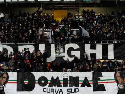 A curva sul do estádio da Juventus, onde fica a torcida Drughi.