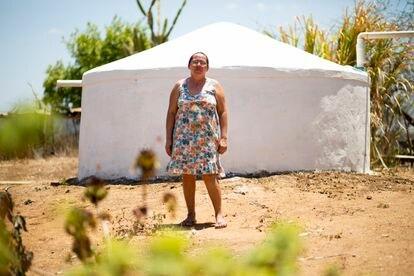 Marcinha, em frente à cisterna onde armazena a água para beber.