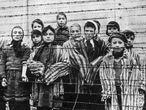 Niños vistos tras la alambrada del campo nazi de Auschwitz reuters