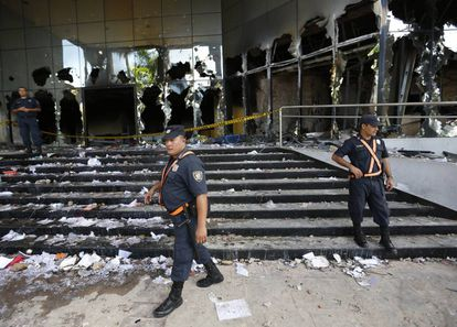 Policial em frente ao Congresso atacado em Assunção.