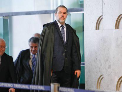 O presidente do STF, Antonio Dias Toffoli, é seguido por Celso de Mello e Marco Aurélio Mello ao entrar no plenário do tribunal.