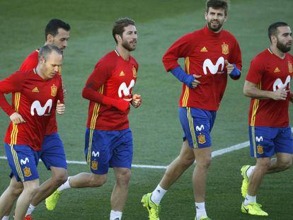 Ramos e Piqué (ao centro), durante treinamento da seleção espanhola.
