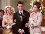 Chandler Bing, interpretado por Matthew Perry, de camino al altar respaldado por su madre y su padre.