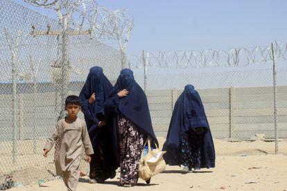 Mulheres e crianças afegãs neste sábado junto à cerca que separa a fronteira entre Paquistão e Afeganistão na localidade paquistanesa de Chaman