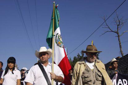 Julián LeBarón segura a bandeira do México na Caravana pela Paz de 2011.