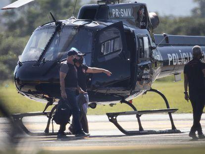 Fabricio Queiroz é escoltado ao chegar no Rio.