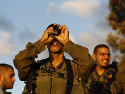 Soldado israelense olhando em direção a Gaza.