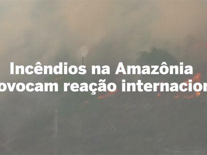 Uma coluna de fumaça emana de dentro da Amazônia brasileira.