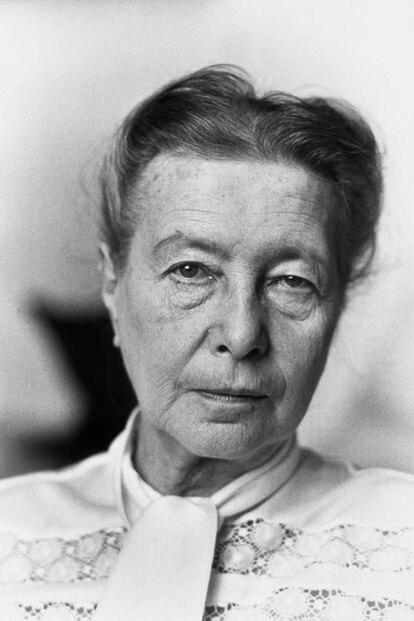 Simone de Beauvoir em sua casa de Paris.