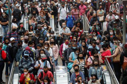 Dezenas de pessoas se aglomeram na Estação da Luz nesta sexta-feira, 26 de fevereiro, em São Paulo.
