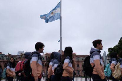 Um grupo de estudantes passa pela Casa Rosada, em Buenos Aires, nesta terça-feira.